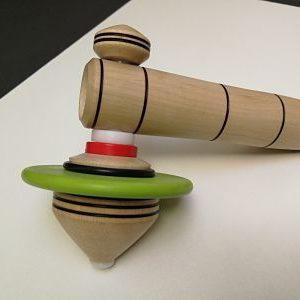 cette toupie a une massei qui assure une bonne inertie. Cette toupie peut être utilisée pour le jeu Spin-it-up.