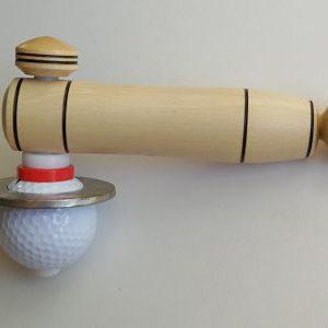 Cette toupie fabriquée avec une balle de golf neuve à laquelle j'ai ajouté une masse inertielle pour obtenir une rotation parfaite.